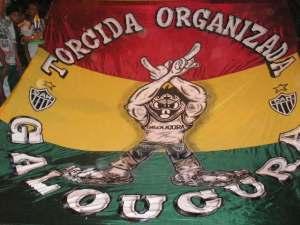 Bandeira da Galoucura, mostrando o mesmo gesto característico das Torcidas, e reproduzido por Cristian no domingo